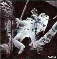 Астронавт обслуживает телескоп Хаббл