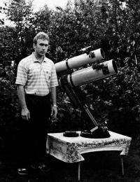 Автор статьи рядом с самодельным 170-мм астрографом