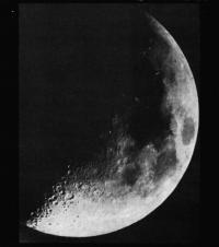 Луна вблизи первой четверти
