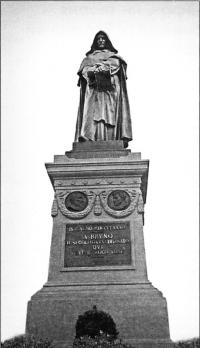 Памятник Джордано Бруно установленный в Риме