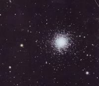 Шаровое звездное скопление M13. В левом верхнем углу галактика NGC 6207