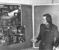 В. Е. Трошенков читает в школе №62 лекцию по астрономии